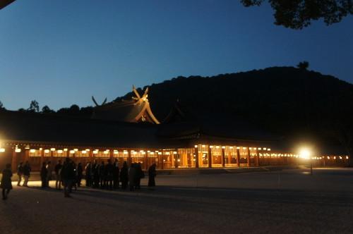 ◆夕刻、内拝殿での正式参拝後、神職の説明に耳を傾ける参加者(写真は先日11月12日(土)に開催された様子)