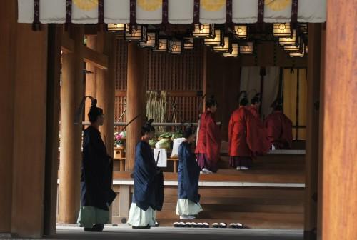 ◆権宮司以下祭員が神饌を御神前へ供す