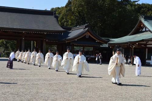 ◆斎服に身を包み、御鎮座記念祭に奉仕する為、内拝殿へ向かう神職