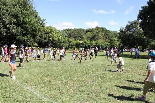 【第2日目/スポーツ教室】午後からは遊苑で球技大会と、畝傍山への登山に分かれて取り組みました。球技は暑い中にも関わらず約1時間半、大いに盛り上がりを見せました。