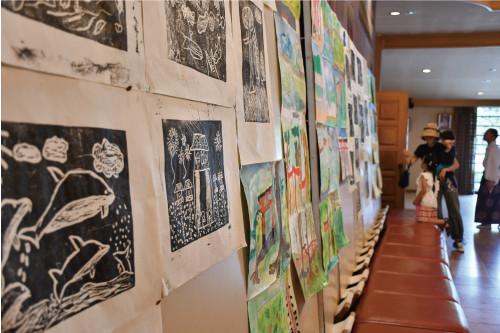 【図工教室】暑い中取り組んだ版画や境内で描いた風景画の数々も展示。