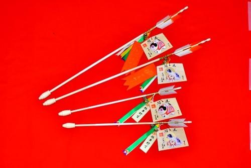 絵馬付開運延寿矢〈大〉初穂料 3,000円〈小〉初穂料 2,000円        ※絵馬は2種類からお選びいただけます。