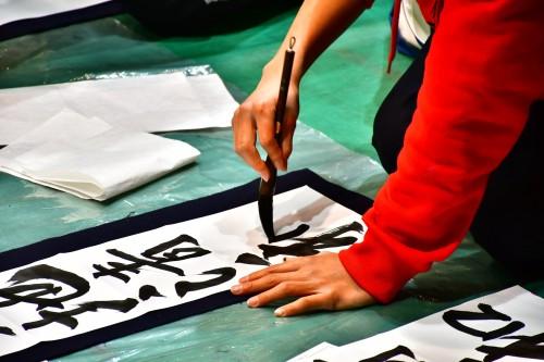 〈一画一画、集中力が途切れないよう筆を運びます。〉