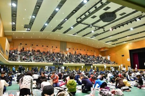 〈参加者と共に、付添の保護者の方々が多く見守る奈良県立橿原体育館観覧席の様子。〉